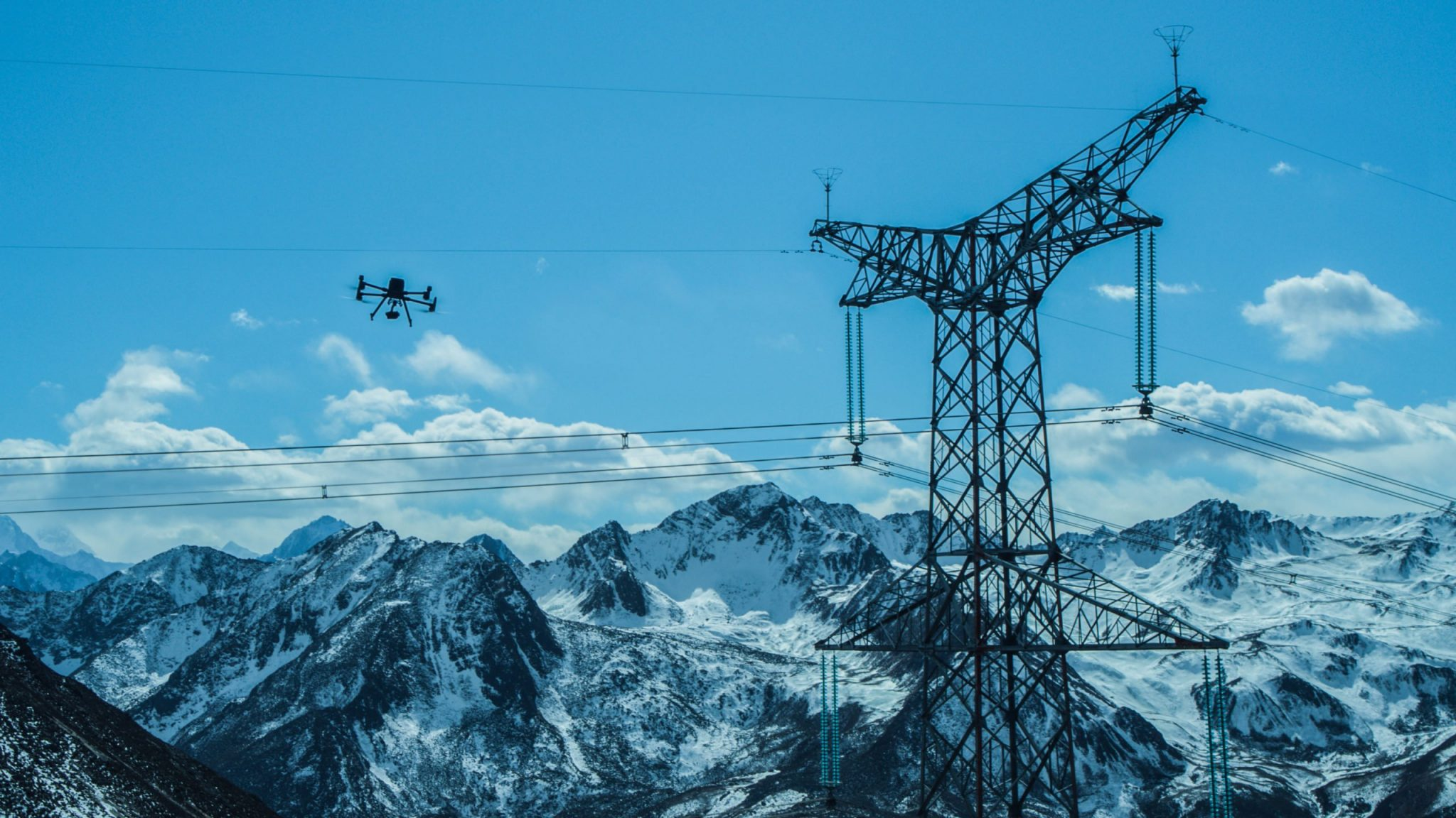 DJI-M300-RTK-inspecting-power-lines-scaled-AYQ3WY-E8Q63E9US-E83YE8YU-38EYUI3W